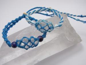 涼しげなターコイズ色のヘンプ麻糸で水晶を包んだブレスレット
