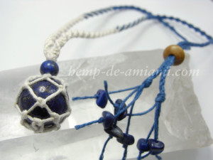 珍しいラピスラズリの丸玉を包んだネックレス