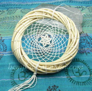 ナチュラルテイストのヘンプ麻100%で編んだドリームキャッチャー。真ん中のレースのお花に水晶をあしらって