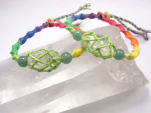 虹色のヘンプ麻糸で水晶を包み込んだ個性的なブレスレット。