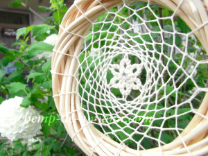 くもの巣の真ん中にはヘンプ麻レースのお花。お花の真ん中にはクラック(ひび入り)水晶が輝きます