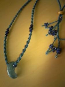珍しいカイヤナイトの勾玉を藍染の糸で